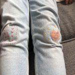 4歳の娘のジーンズを当て布と飾り刺繍でお直し